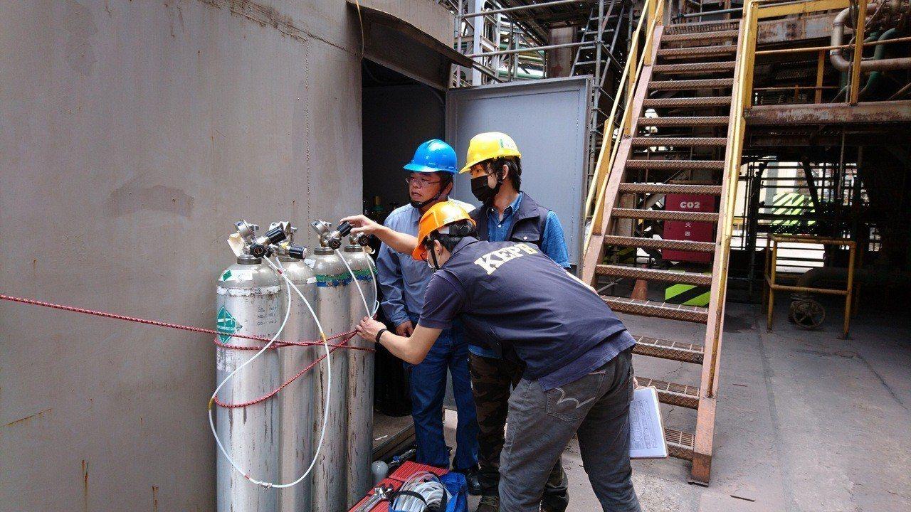高雄市環保局利用標準氣體比對查核工廠CEMS準確性。圖/高雄市環保局提供