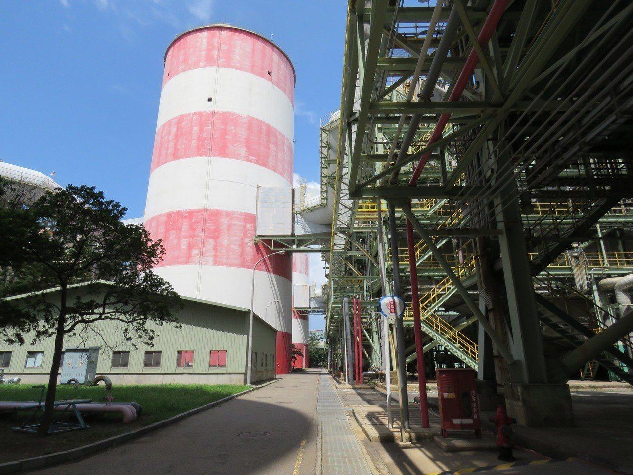 興達電廠燃氣機組排放管道,加強汙染減排。圖/高雄市環保局提供
