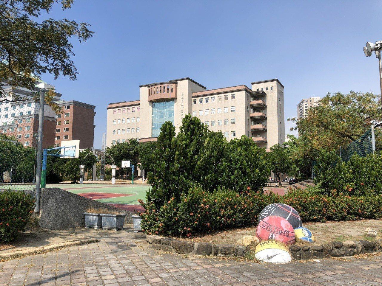 陳去年在台南市府旁籃球場打球,傳球不慎致女機車騎士犁田受傷,法官處拘役30日,仍...