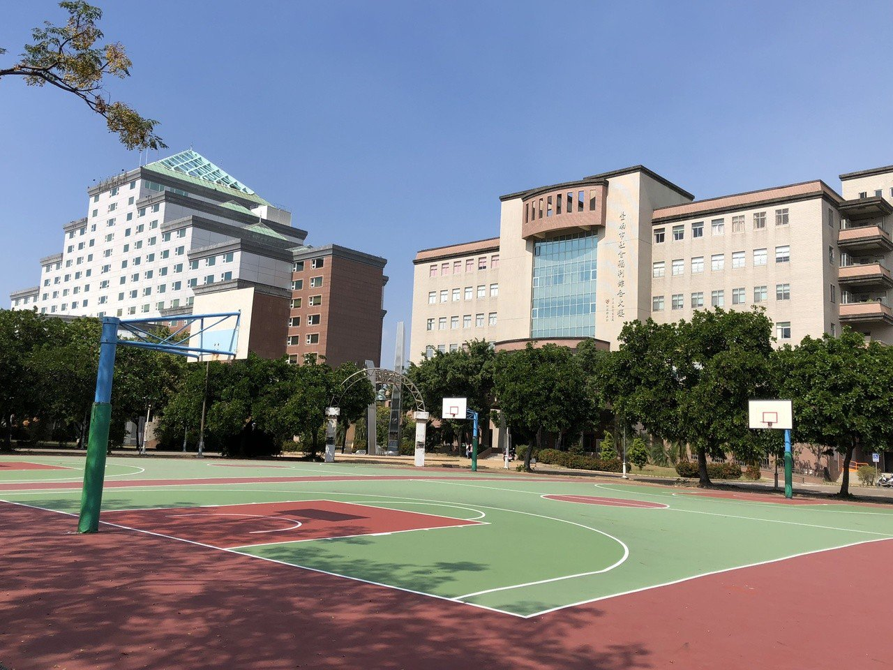 陳姓男子去年在台南市政府旁籃球場打球,傳球給隊友不慎,籃球彈出球場,導致女機車騎...