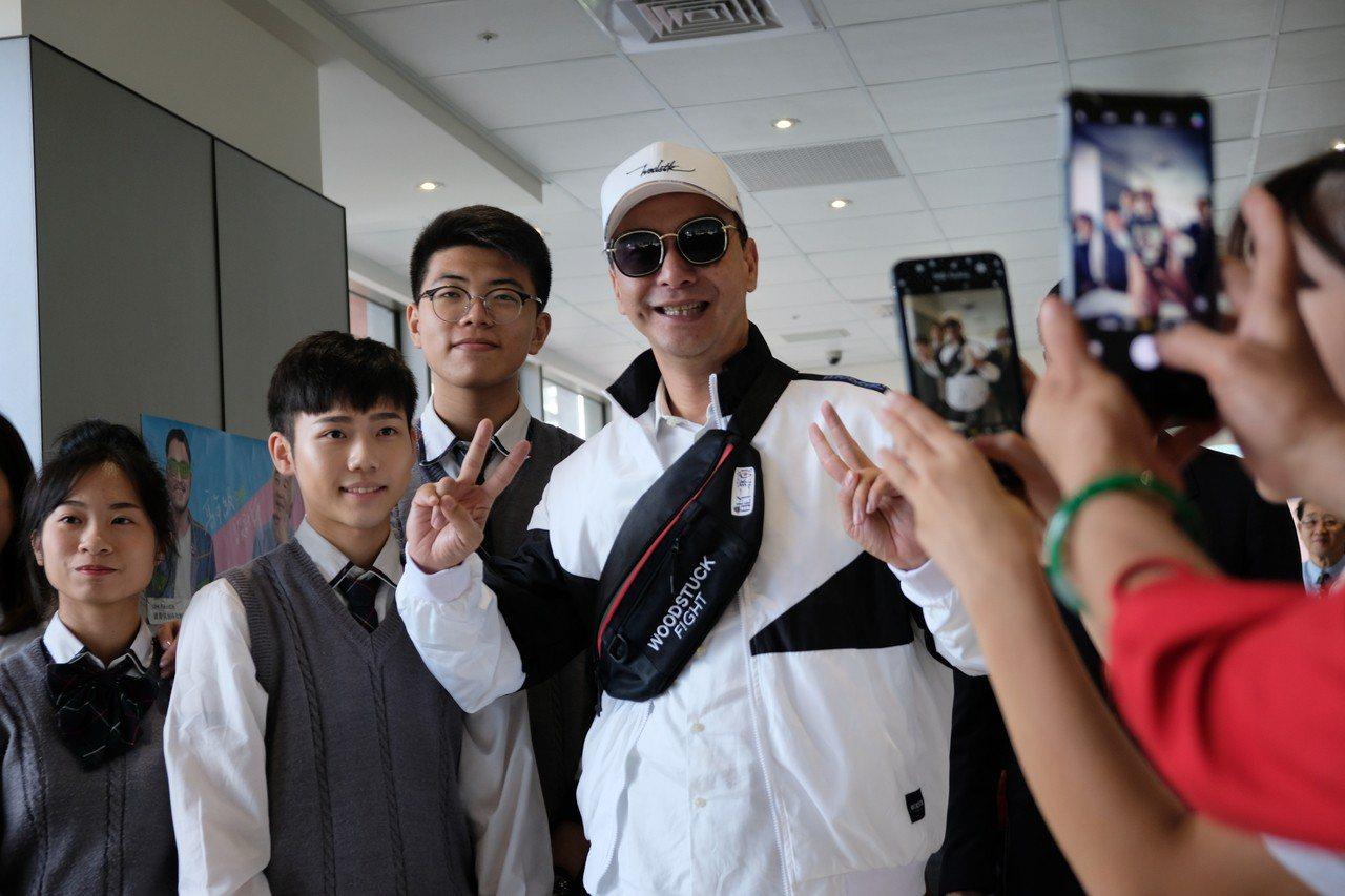 新北市長朱立倫穿上青銀共創時尚服飾,打扮超時尚。記者張曼蘋/攝影
