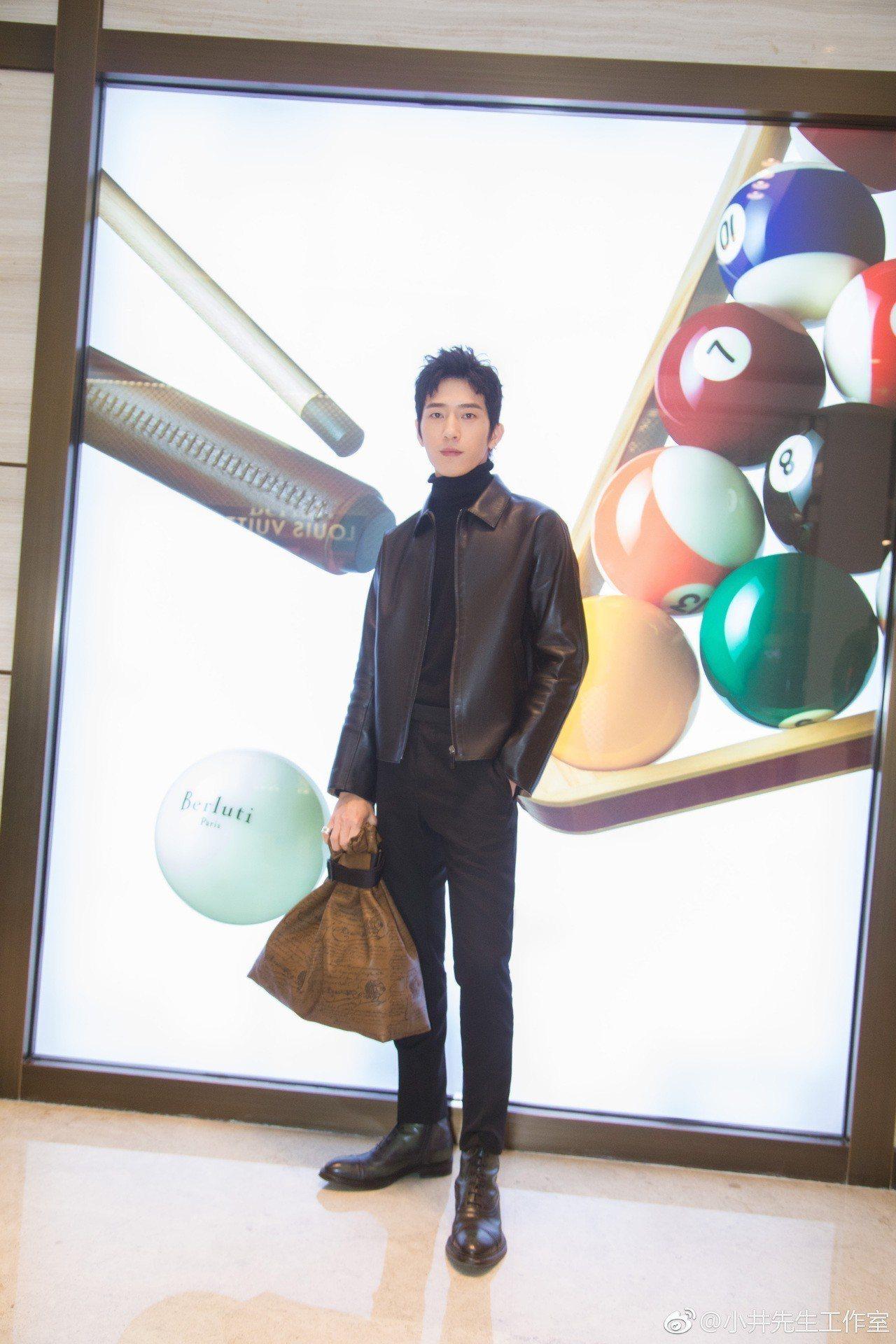 井柏然日前出席Berluti於北京的品牌活動,穿上秋冬系列服裝,堪稱是男性本季最...