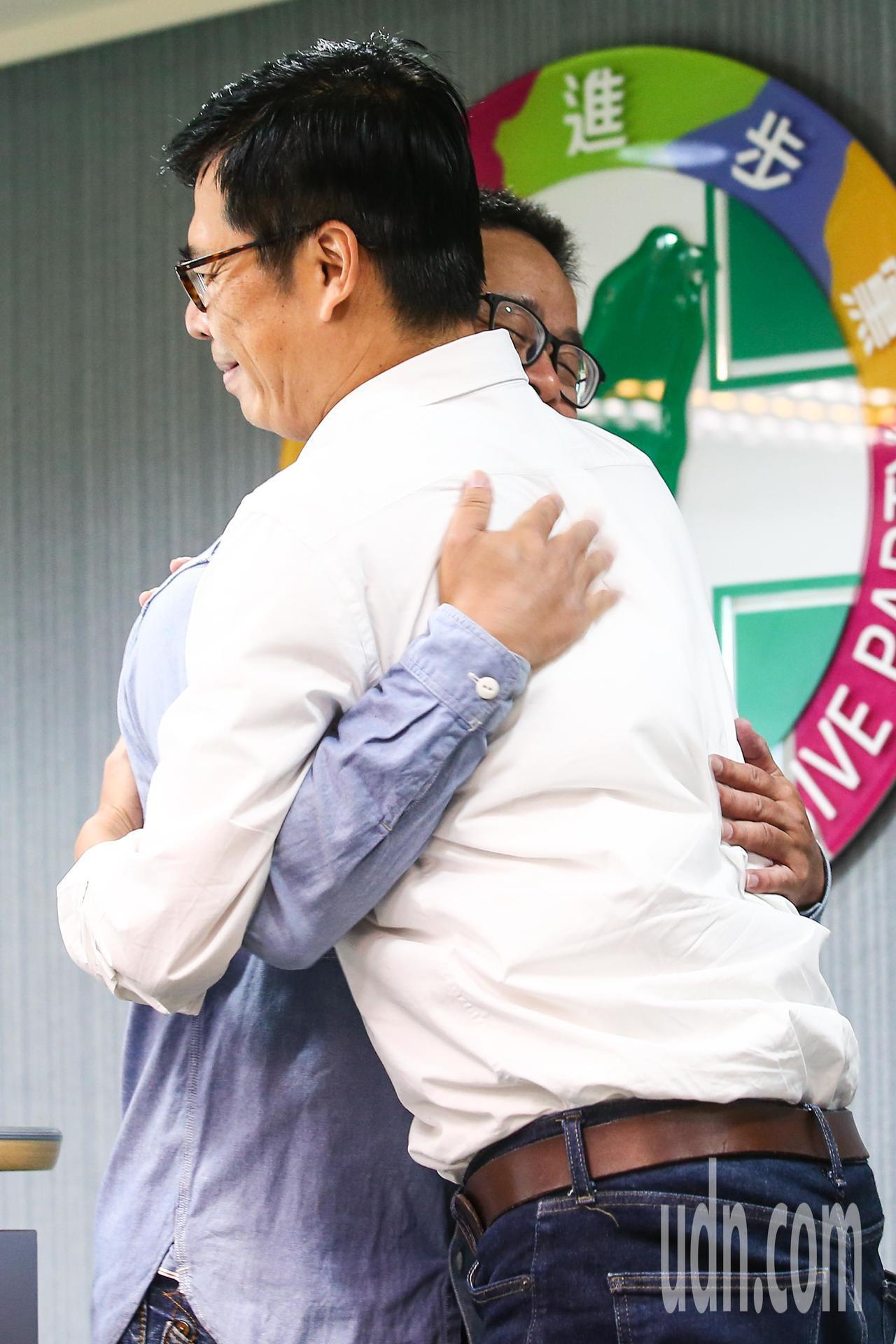 民進黨高雄市長候選人陳其邁(左)下午在民進黨中央舉行記者會公佈新一波競選影片,已...