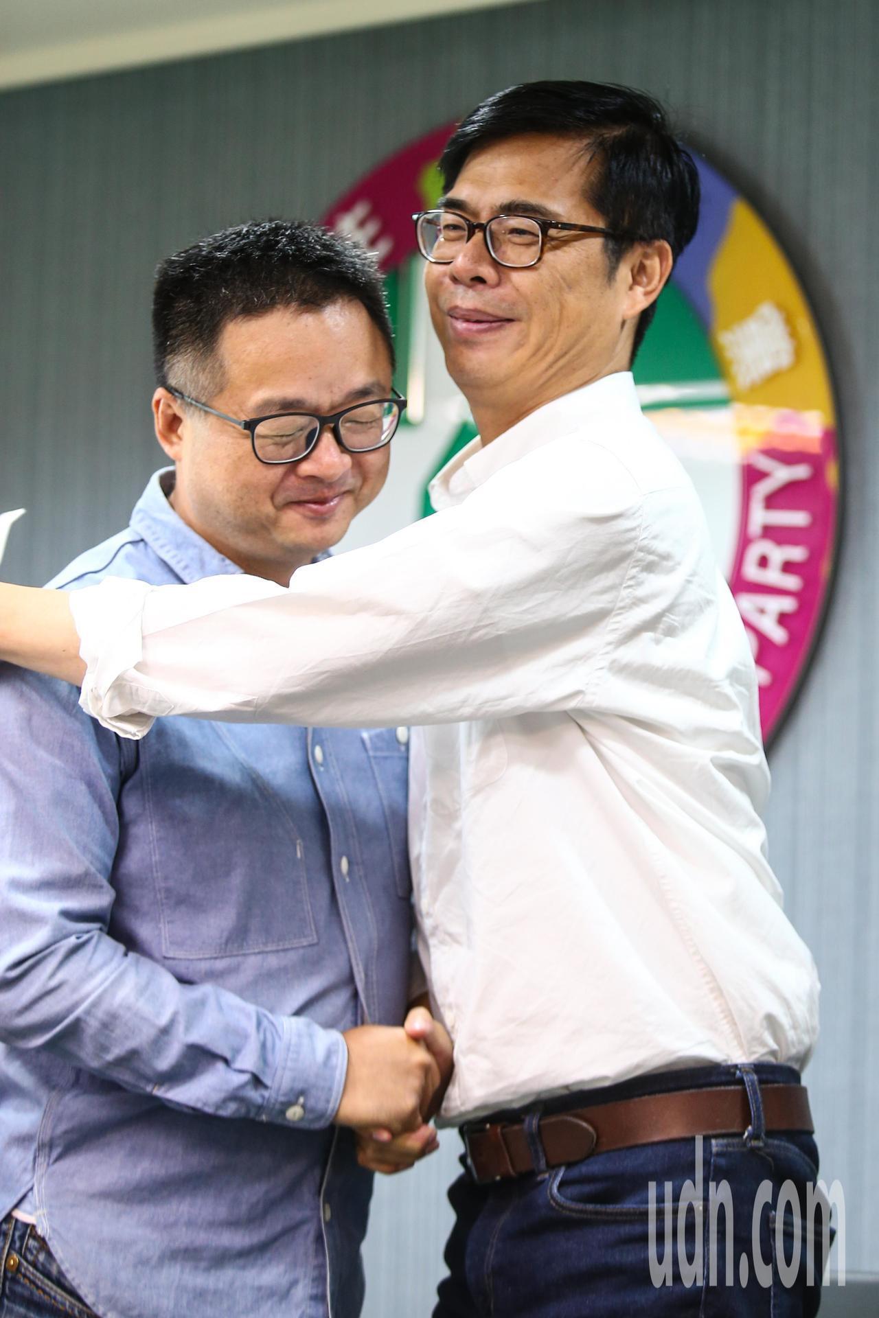 民進黨高雄市長候選人陳其邁(右)下午在民進黨中央舉行記者會公佈新一波競選影片,已...