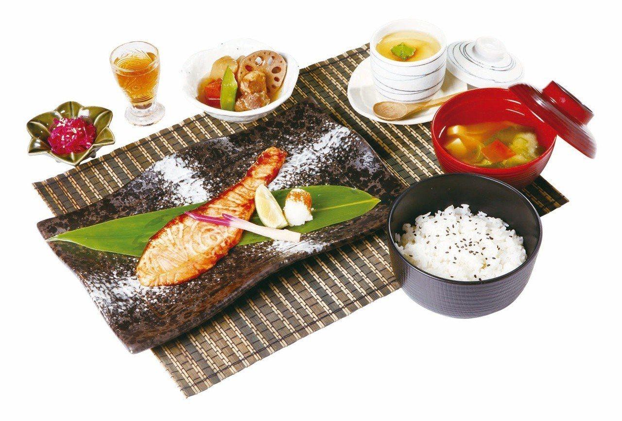 板橋大遠百11月11日推出鰭彩單人套餐買1送1,限量11份。圖/遠百提供