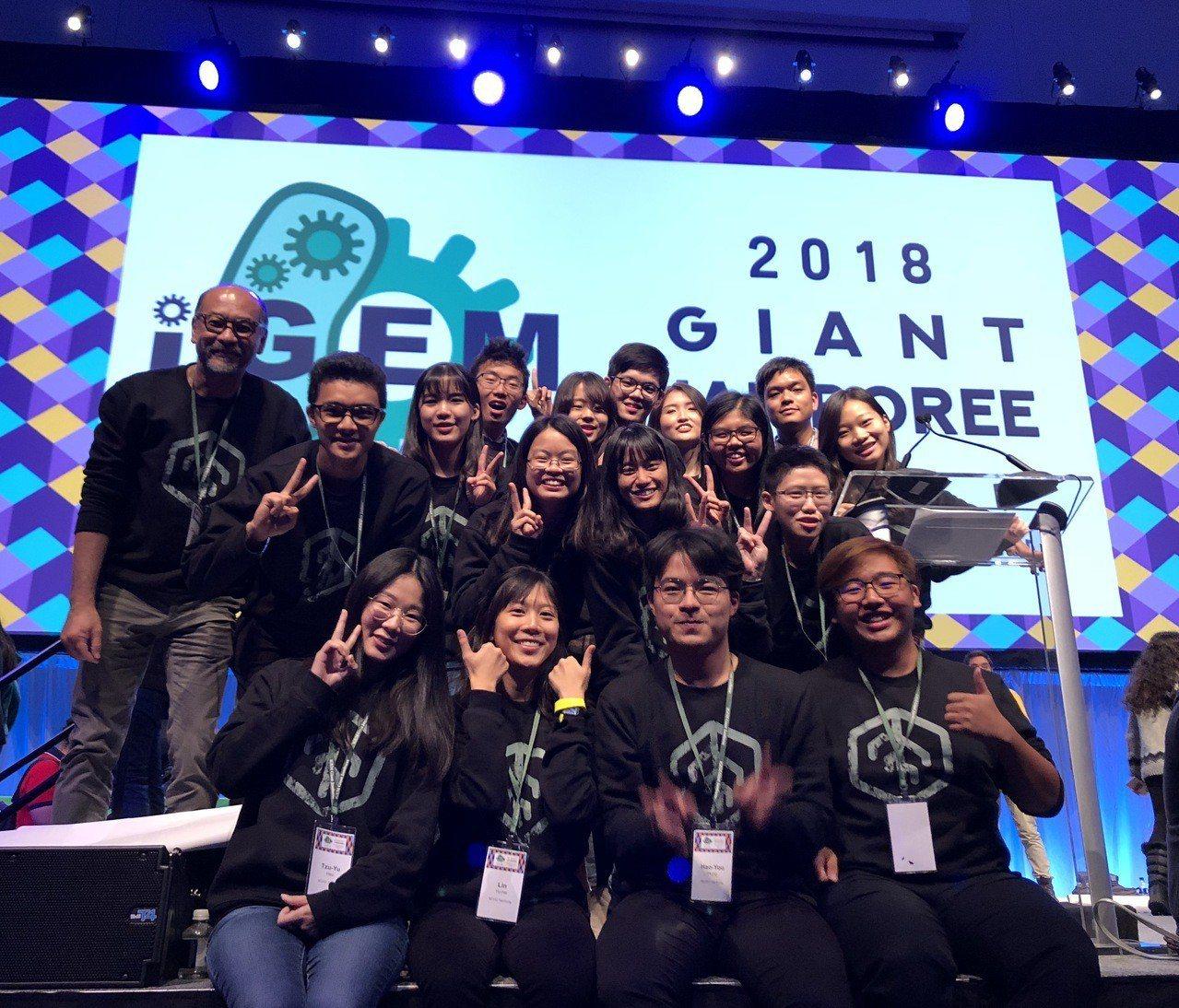 興大生命科學系黃介辰特聘教授(後排左一)率隊參加iGEM榮獲金牌。圖/興大提供