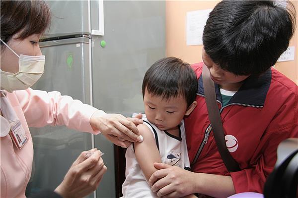 國內上周新增兩例流感併發重症死亡個案,分別是一名60歲老婦及8歲女童,兩人都沒有...