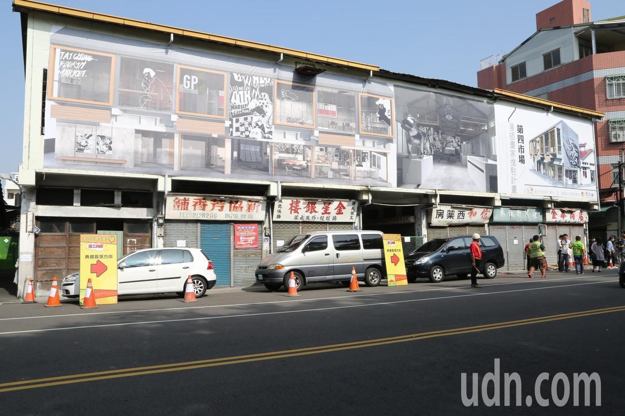 第四市場的外觀還保有當年建築原貌,內部菜販格子也都保留下來。記者喻文玟/攝影