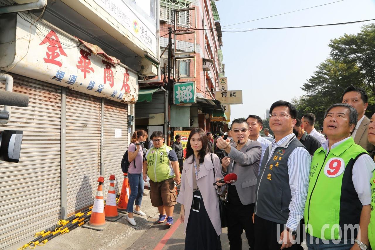 市長林佳龍(右二)視察第四市場,它的外觀還保有當年建築原貌,民國104年登錄為「...