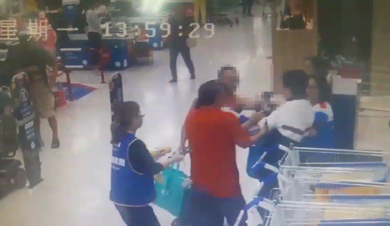 蘇姓男子企圖逃跑,在出口處被店員及熱心民眾攔下,通知警方到場。記者袁志豪/翻攝
