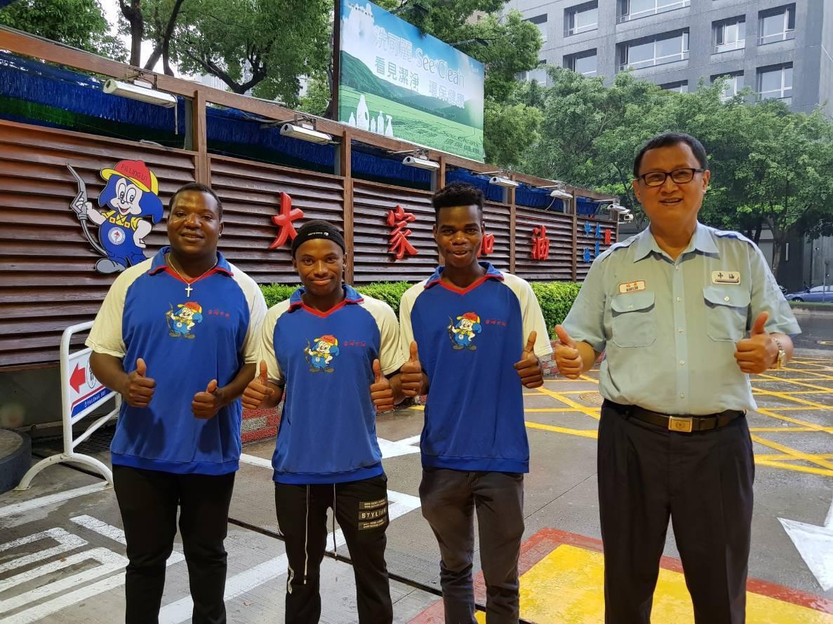 中油台北市大直加油站長林傳淇(右一)稱讚3名外籍工讀生阿冕、阿開、阿岫(左起)工...