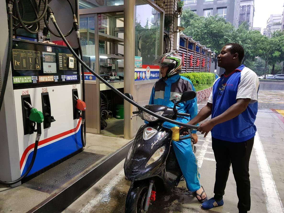 中油台北大直加油站馬拉威外籍工讀生,熱誠服務受好評,成廣告活招牌。圖/中油提供