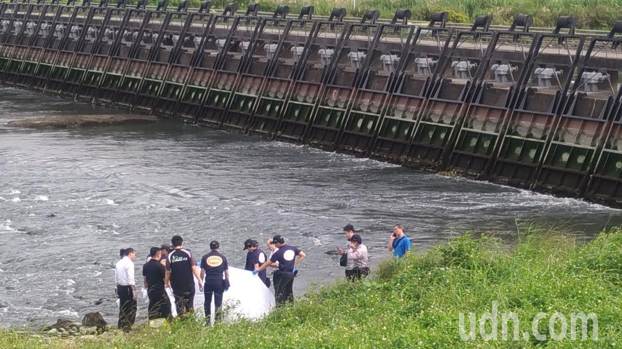 疏洪道水閘門發現男性浮屍,雙手被綑綁,警方在現場鑑識調查。記者林昭彰/攝影