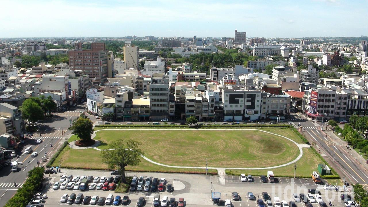 嘉義市政中心北棟大樓興建過程一波三折,基地面積約5090坪,目前仍做停車場使用。