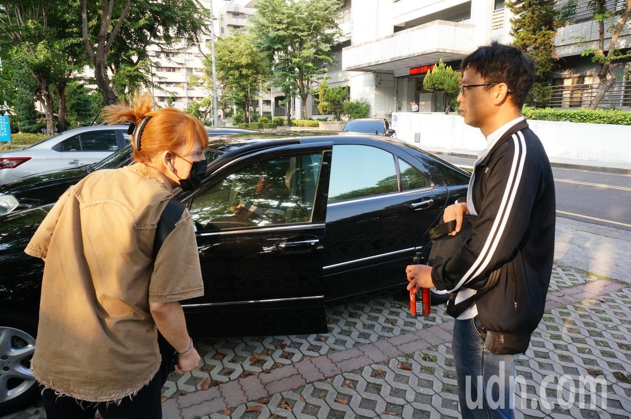 阿羅哈國道6死肇事司機吳恊松(右起)今天二審開庭後,緊跟著受害人、乘客王姓女子致...