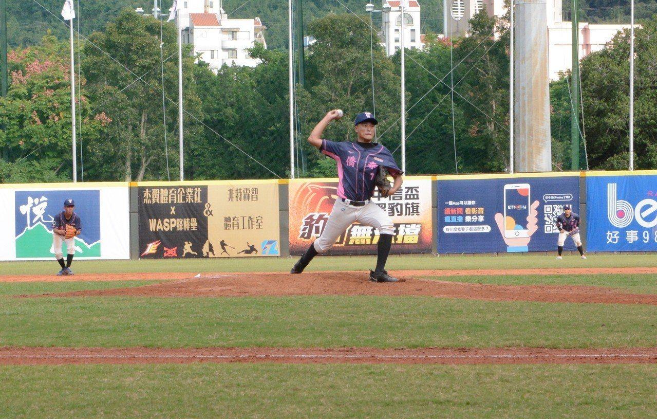 僑泰高中投手遲駿霖在黑豹旗32強賽登板,對穀保球員送出三振。記者蘇志畬/攝影