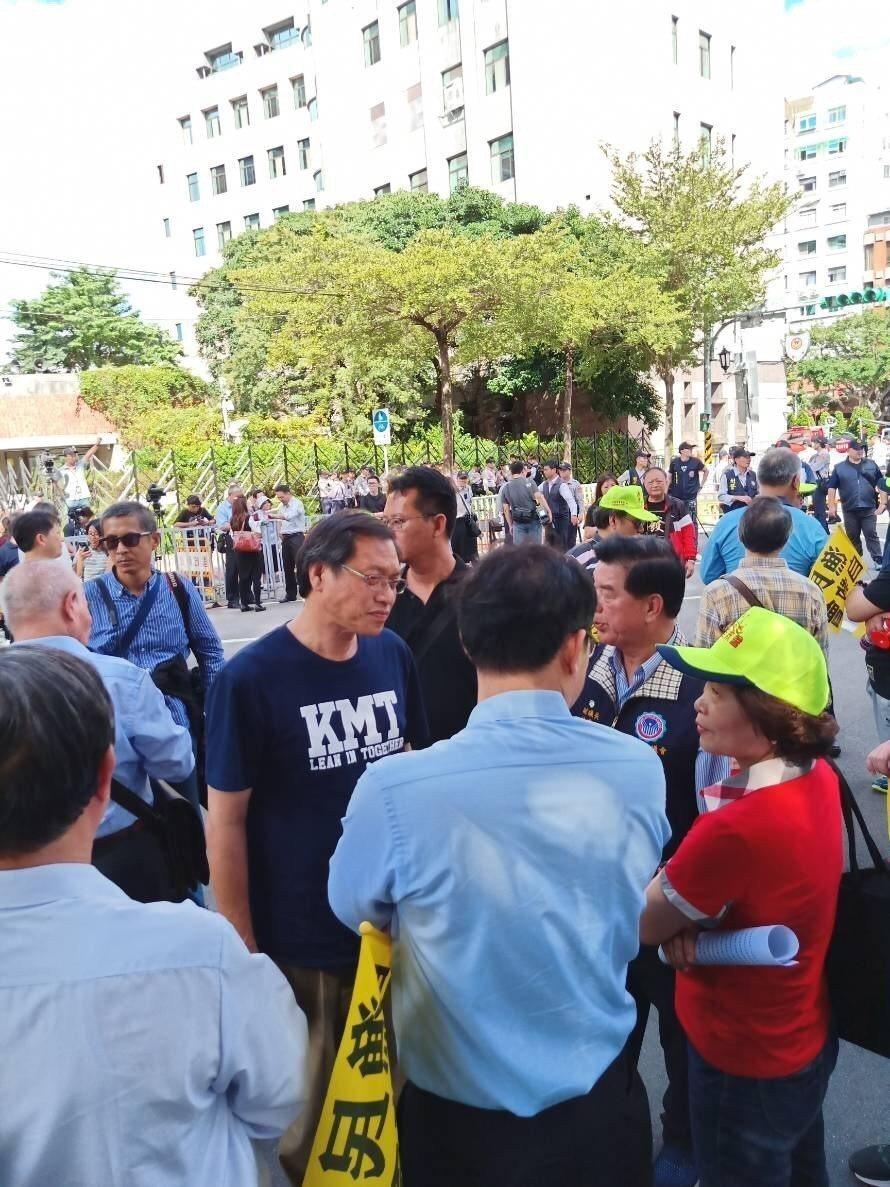 兩千漁民北上抗議,國民黨屏東縣長候選人蘇清泉北上聲援。圖/國民黨屏東縣黨部提供