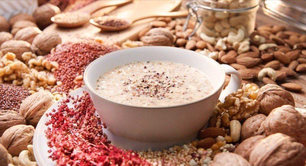 藜麥加入堅果飲,堅果富含不飽和脂肪酸和維生素E,藜麥又富含蛋白質,使營養更完善。