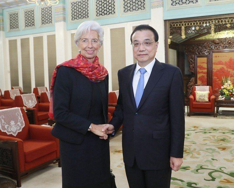 大陸國務院總理李克強(右)6日會見際貨幣基金(IMF)總裁拉加德時強調,大陸不會...