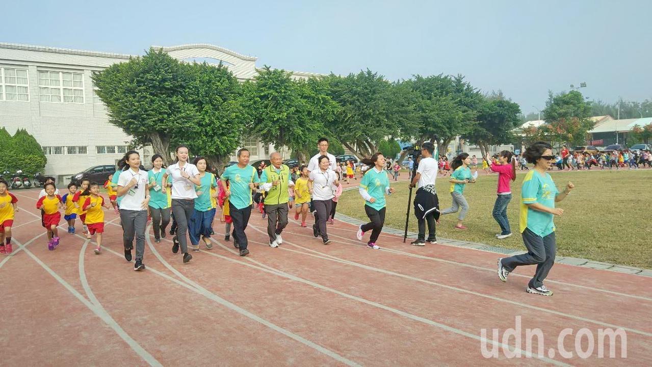 台塑、長庚科大及董氏基金會今天在麥寮國小舉行相見歡慢跑,每跑一圈操場就幫孩子捐1...