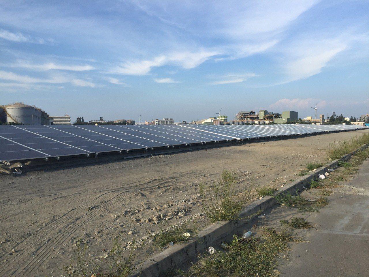台泥子公司台泥綠能6日宣布,位於彰濱工業區的太陽光電廠二期正式啟動,預計2019...