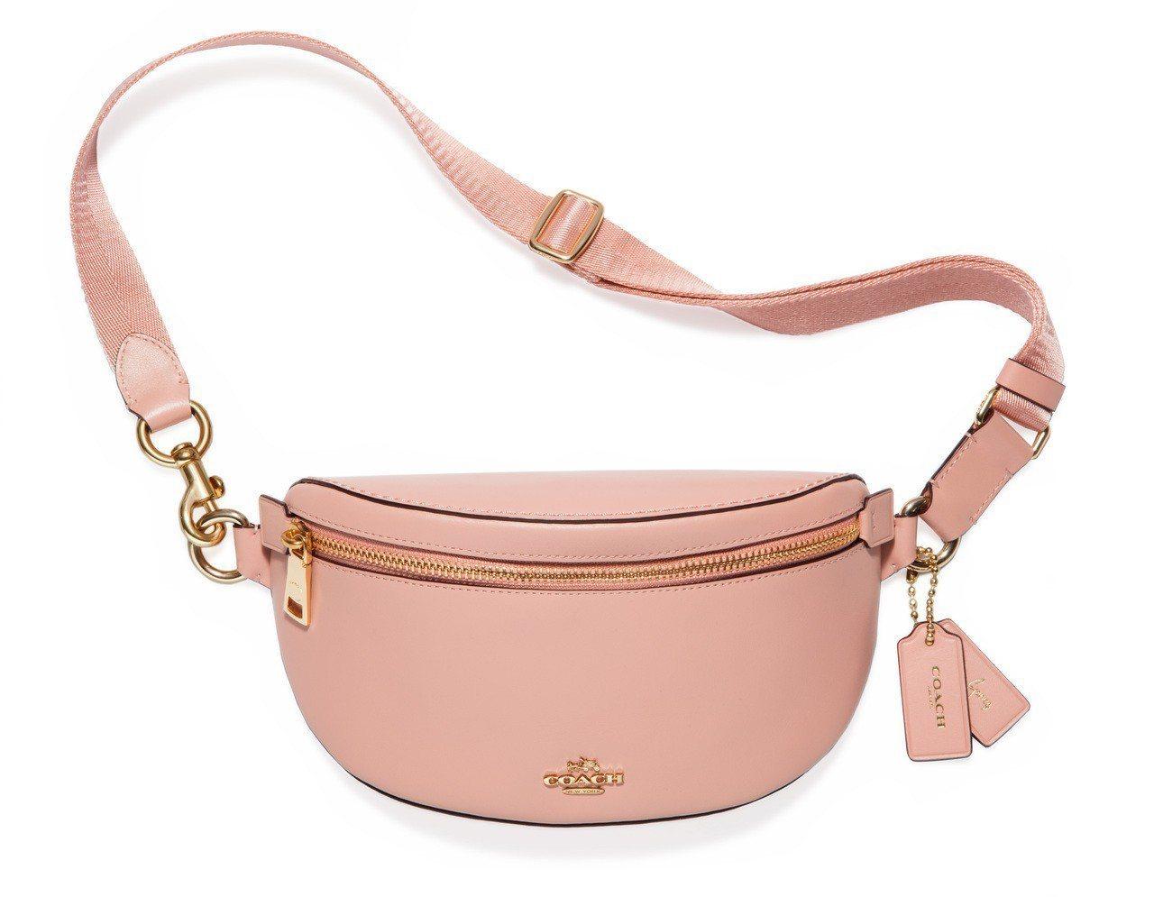 COACH x Selena Gomez系列粉紅色腰包,售價9,900元。圖/C...