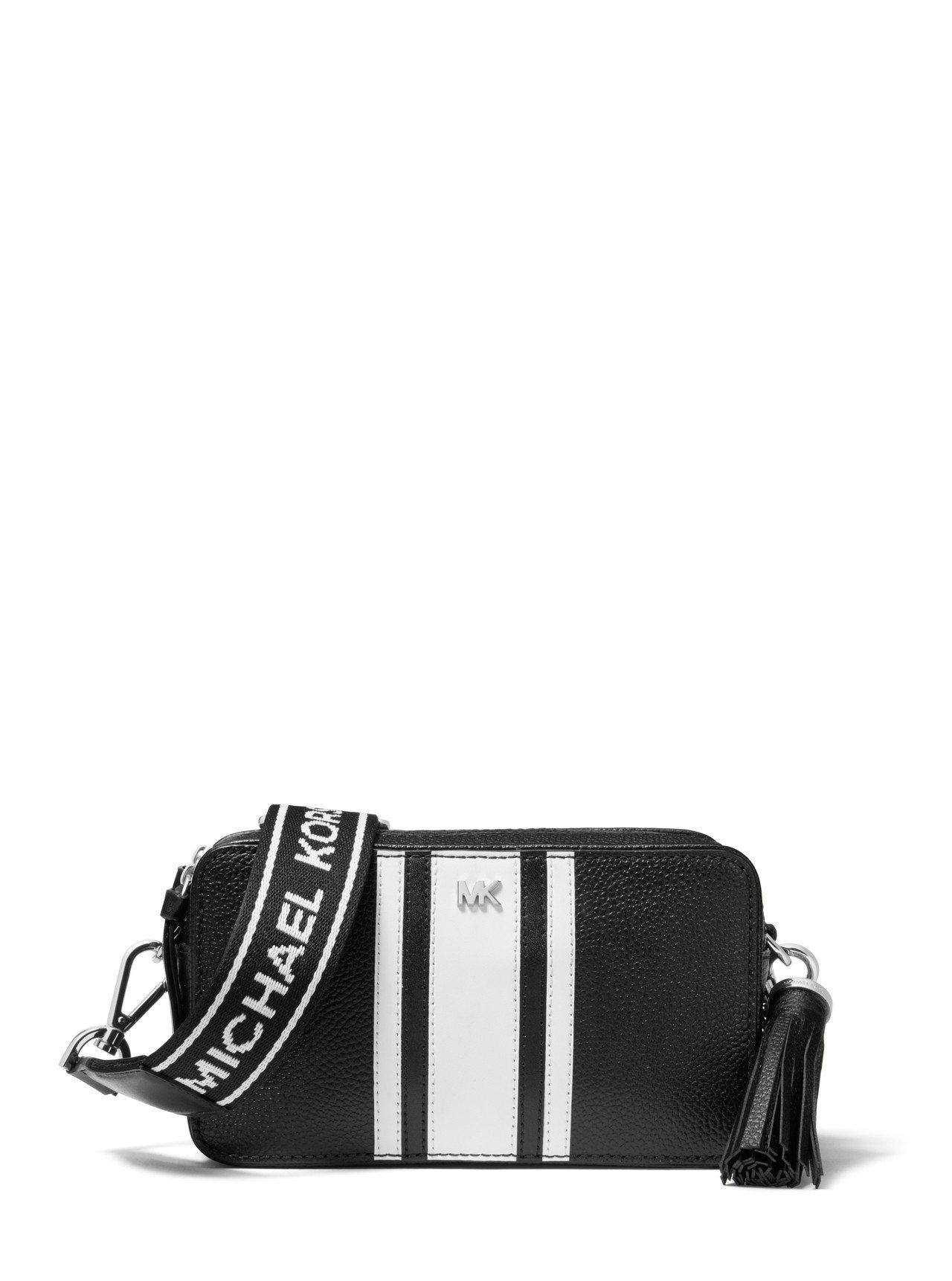 MMK黑白拼接小斜肩包,售價12,800元。圖/COACH提供