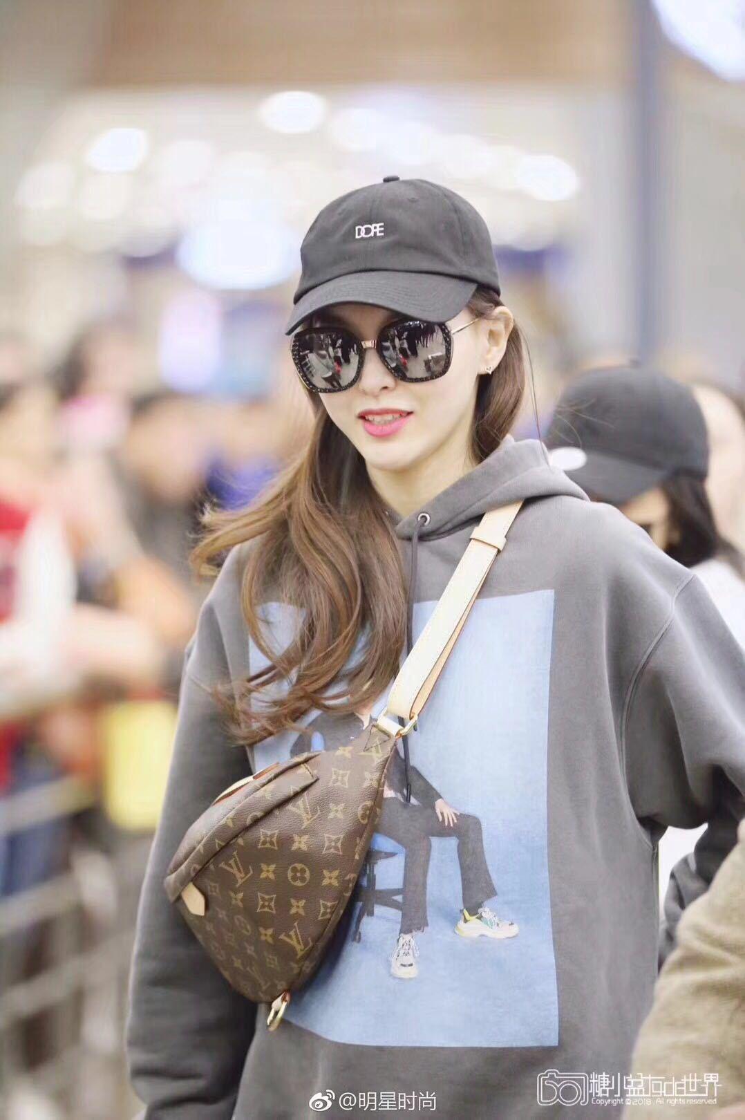 唐嫣身上的Bum Bag是路易威登2018春夏的大熱款。圖/取自微博