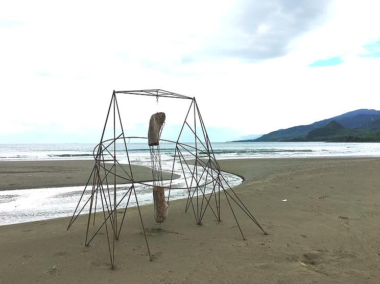 「記事本」以風力,在沙灘上繪圖。圖/翻攝落山風藝術季官網