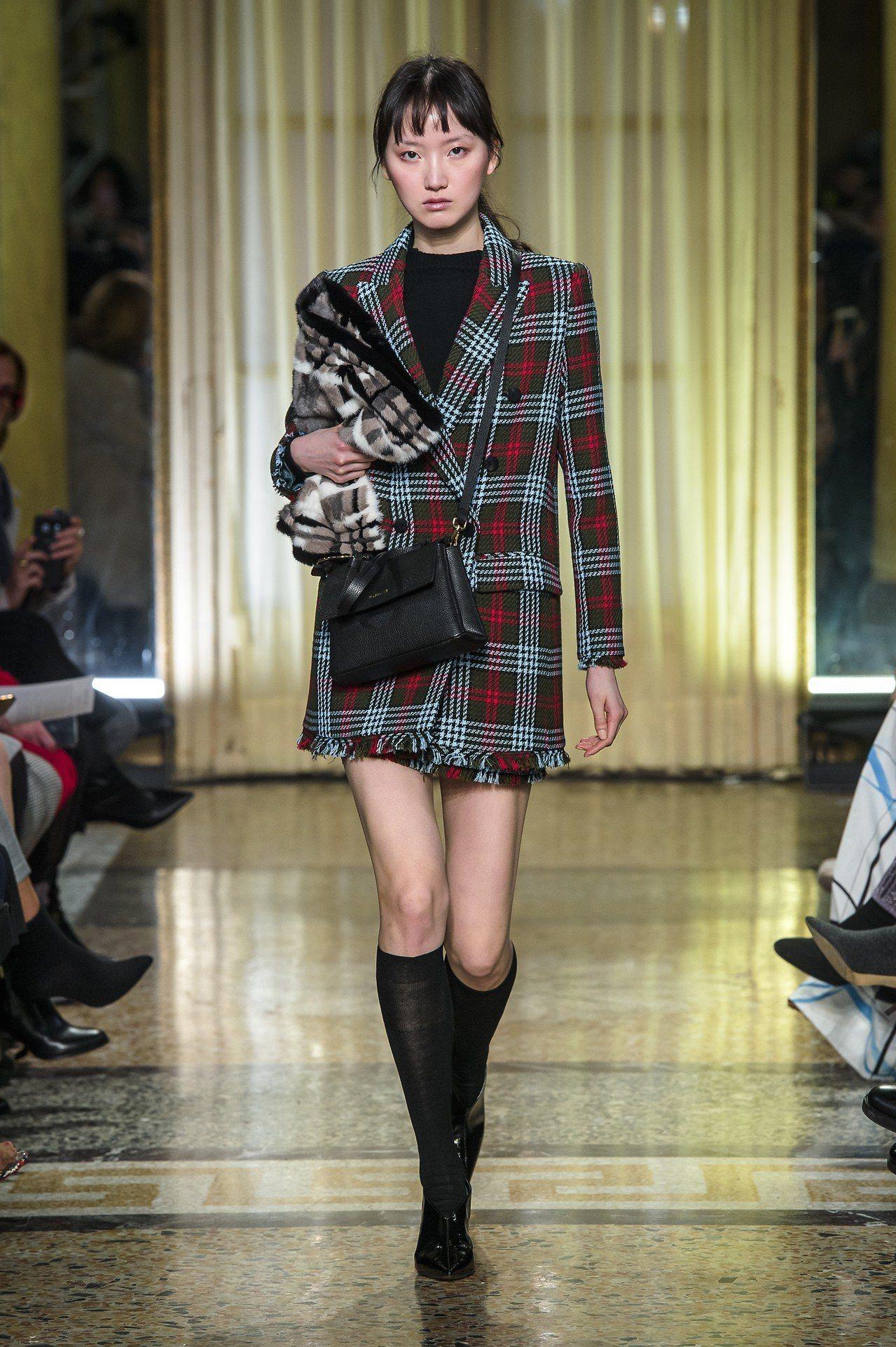 蘇青穿的格紋外套在秀上款以長靴搭襯。圖/MARYLING提供