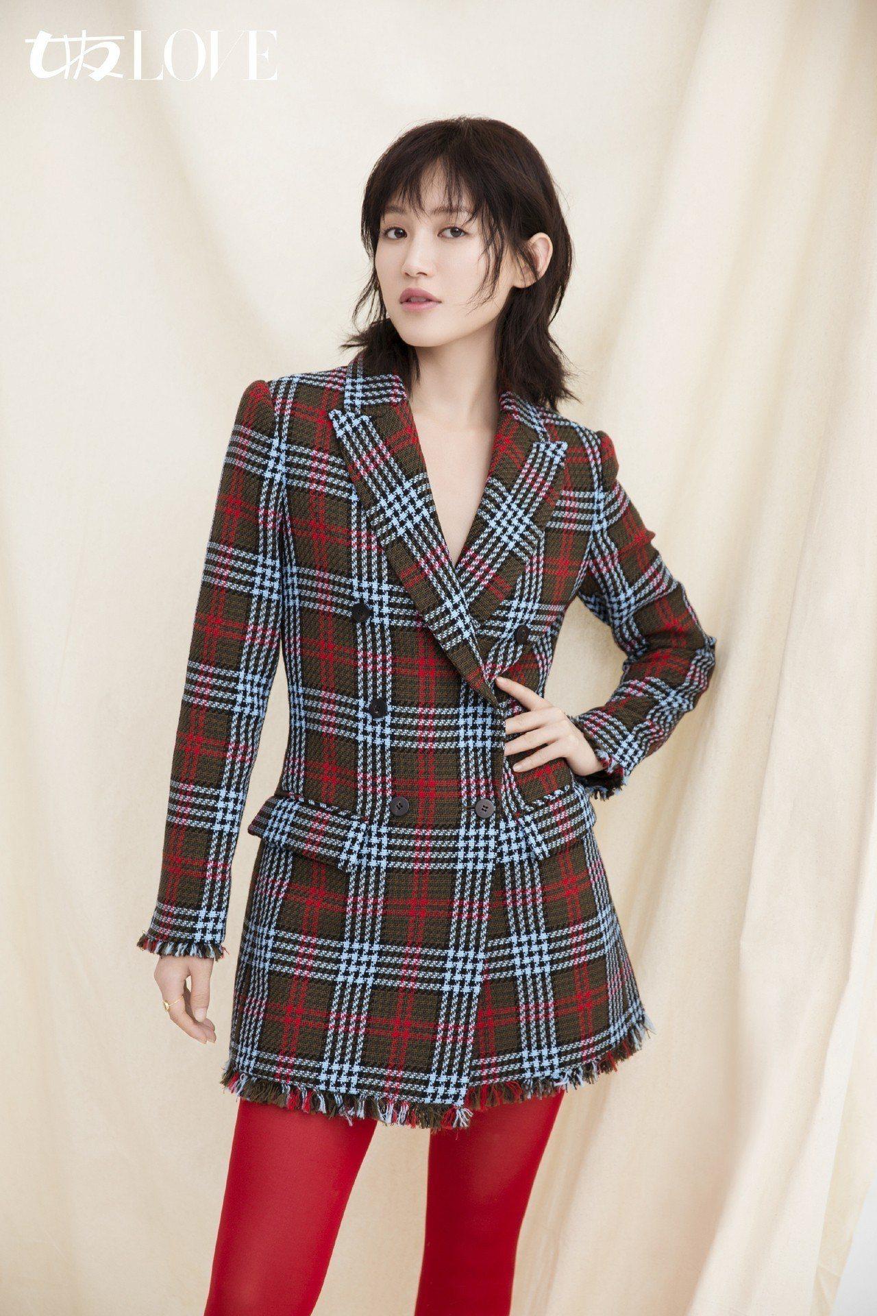 蘇青身穿MARYLING雙排釦格紋西裝外套拍攝時尚雜誌。圖/MARYLING提供