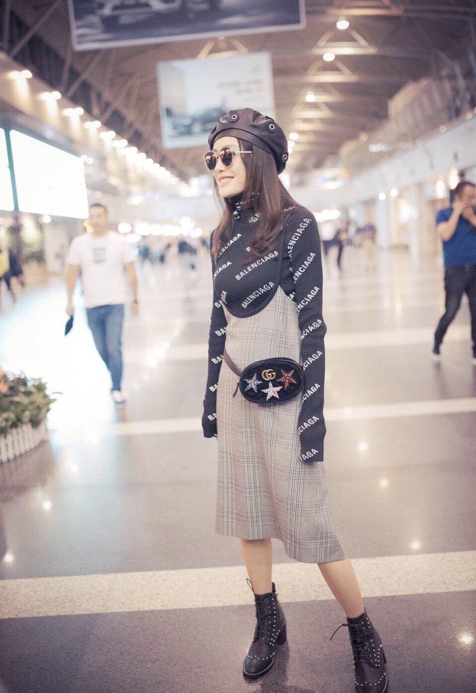秦嵐以maje秋冬格紋短裙搭出一身時髦品味。圖/maje提供
