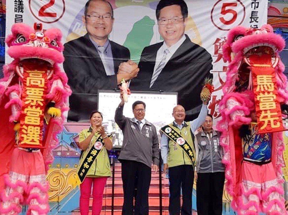 大園區民進黨市議員候選人游吾和(右2)。圖/游吾和團隊提供