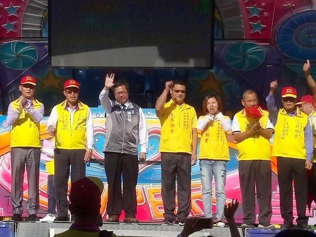 大園區無黨籍候選人許朝童(左4)。圖/許朝童團隊提供