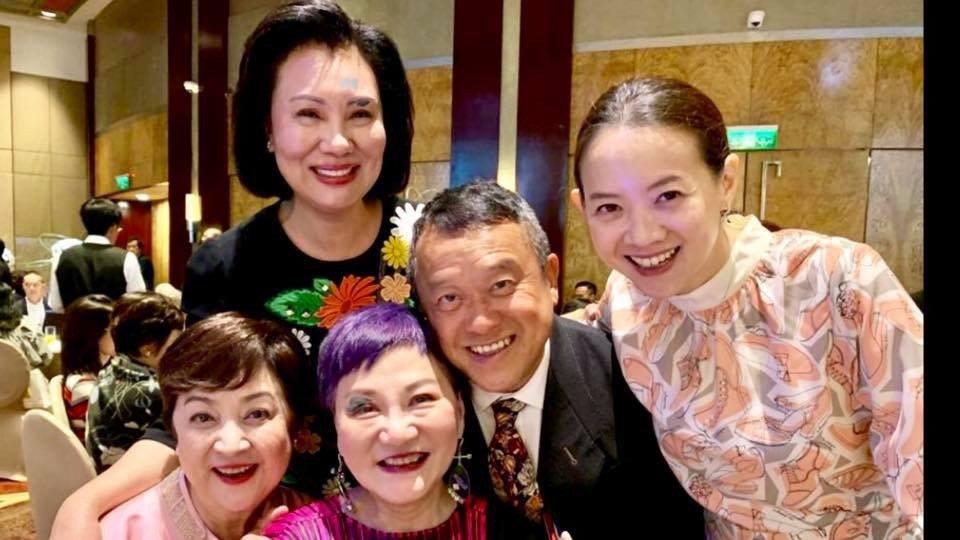 朱延平兒子娶媳婦有極多大明星到場,包括甄珍(前排左起)、張小燕、曾志偉及曾寶儀。