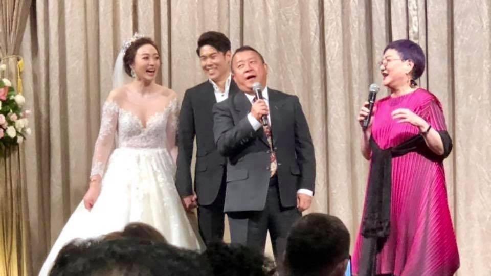 曾志偉(右二)、張小燕(右一)上台致詞為朱延平的兒子及媳婦祝賀。圖/摘自臉書