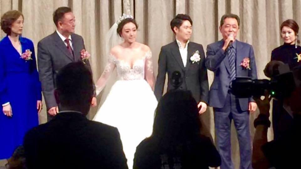 朱延平(右2)上台為兒子及媳婦致詞。圖/摘自臉書