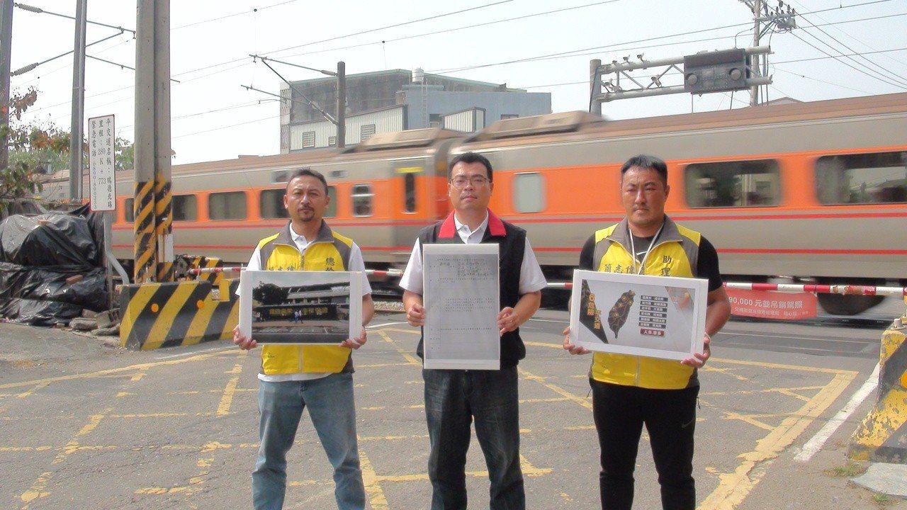 大林鎮長簡志偉(中)爭取鐵路高架化,從民雄延伸到隔鄰的大林。記者謝恩得/攝影