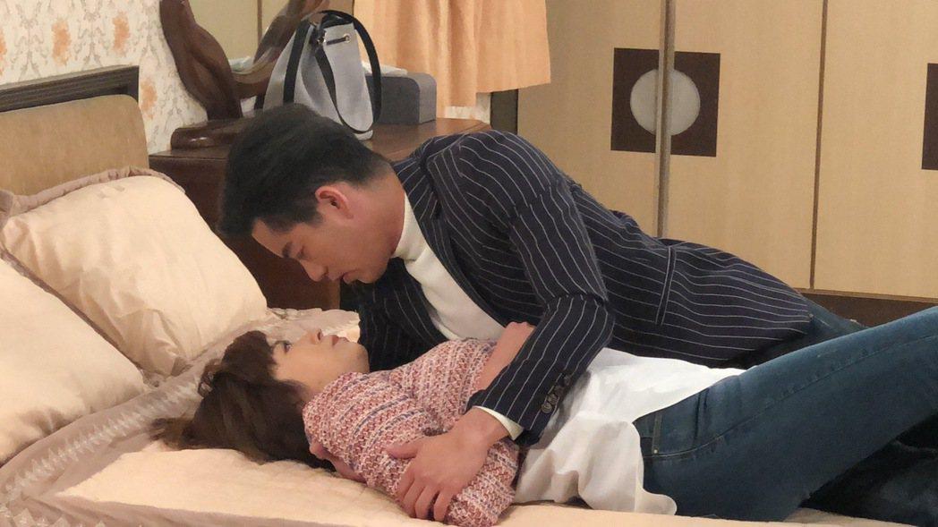 王瞳、Junior韓宜邦拍倒床親密戲。圖/民視提供