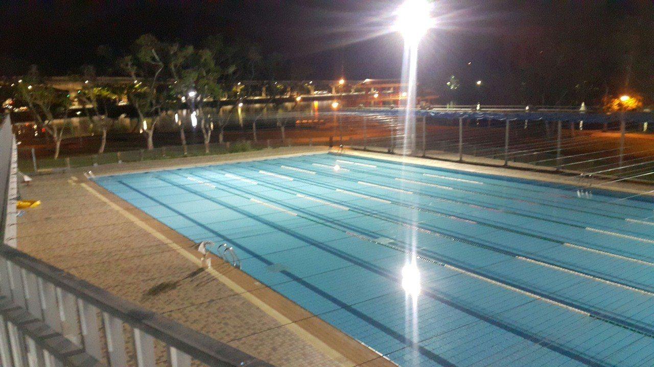 1名婦人被發現倒臥台北市大湖公園游泳池旁,意識不清被送醫急救,警方研判她從3樓觀...