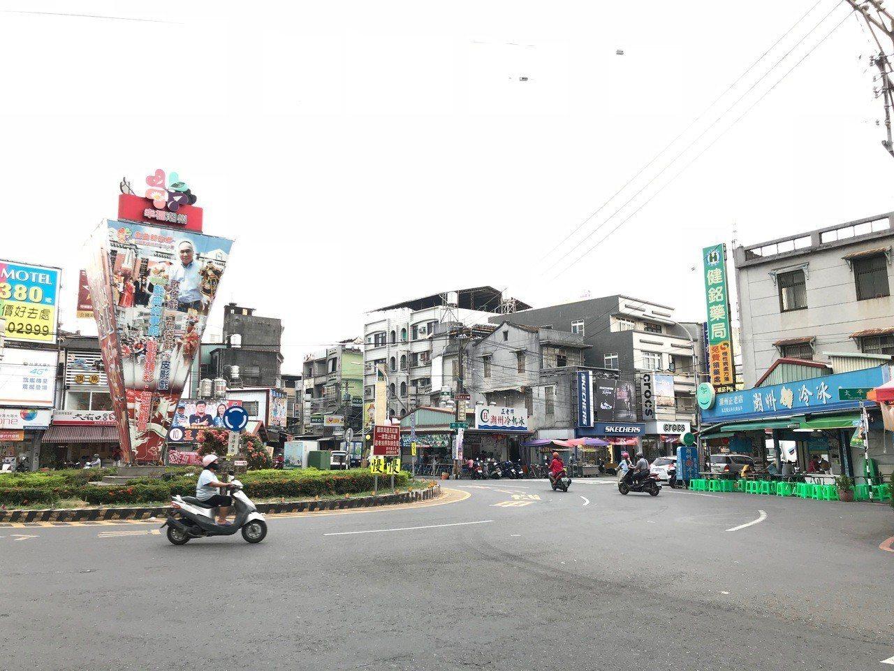 屏東縣潮州鎮建基圓環是熱門商圈,當地著名的冷熱冰也開在這裡,吸引許多外地遊客前來...