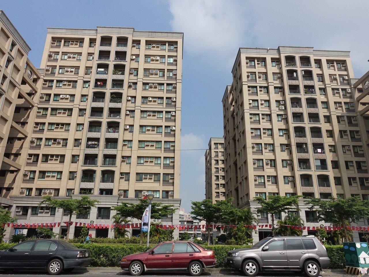 屏東市多處眷村均改建成大樓,「眷村鐵票」早已不再。記者翁禎霞/攝影