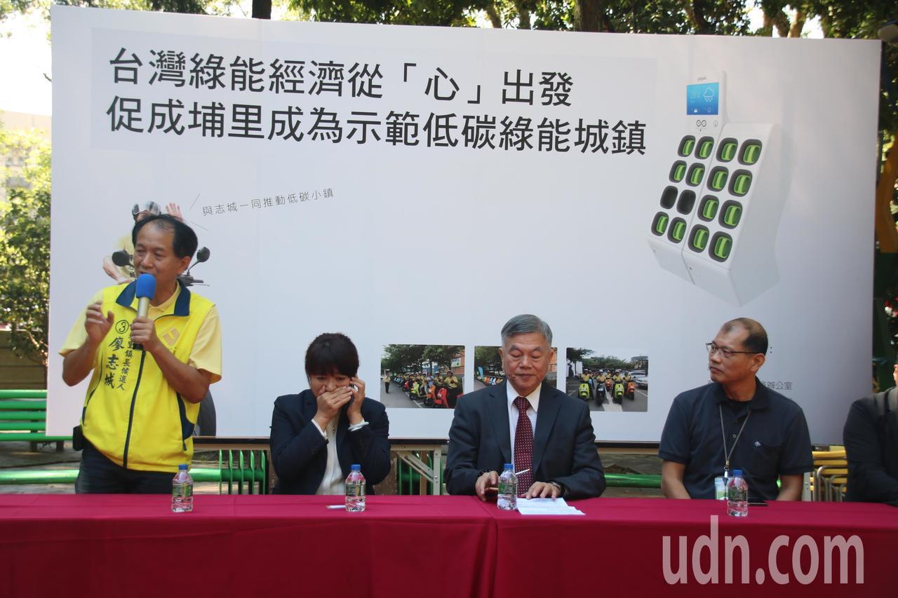 立委蔡培慧(左2)和議員廖志城(左1)串連地方環團推廣綠色載具,盼埔里成低碳綠色...