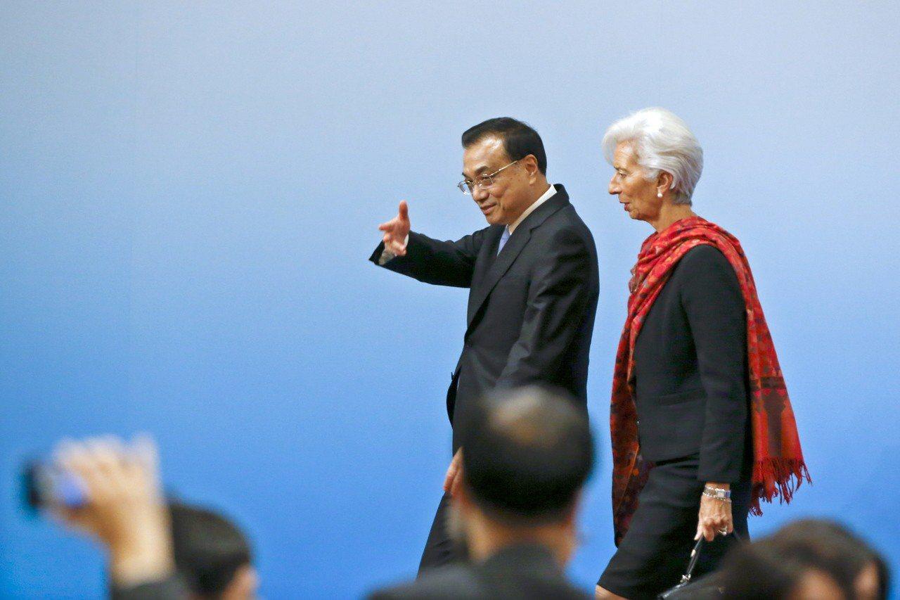 6日在北京舉的第三次『1+6』圓桌對話會結束後,大陸國務院總理李克強(左)與國際...