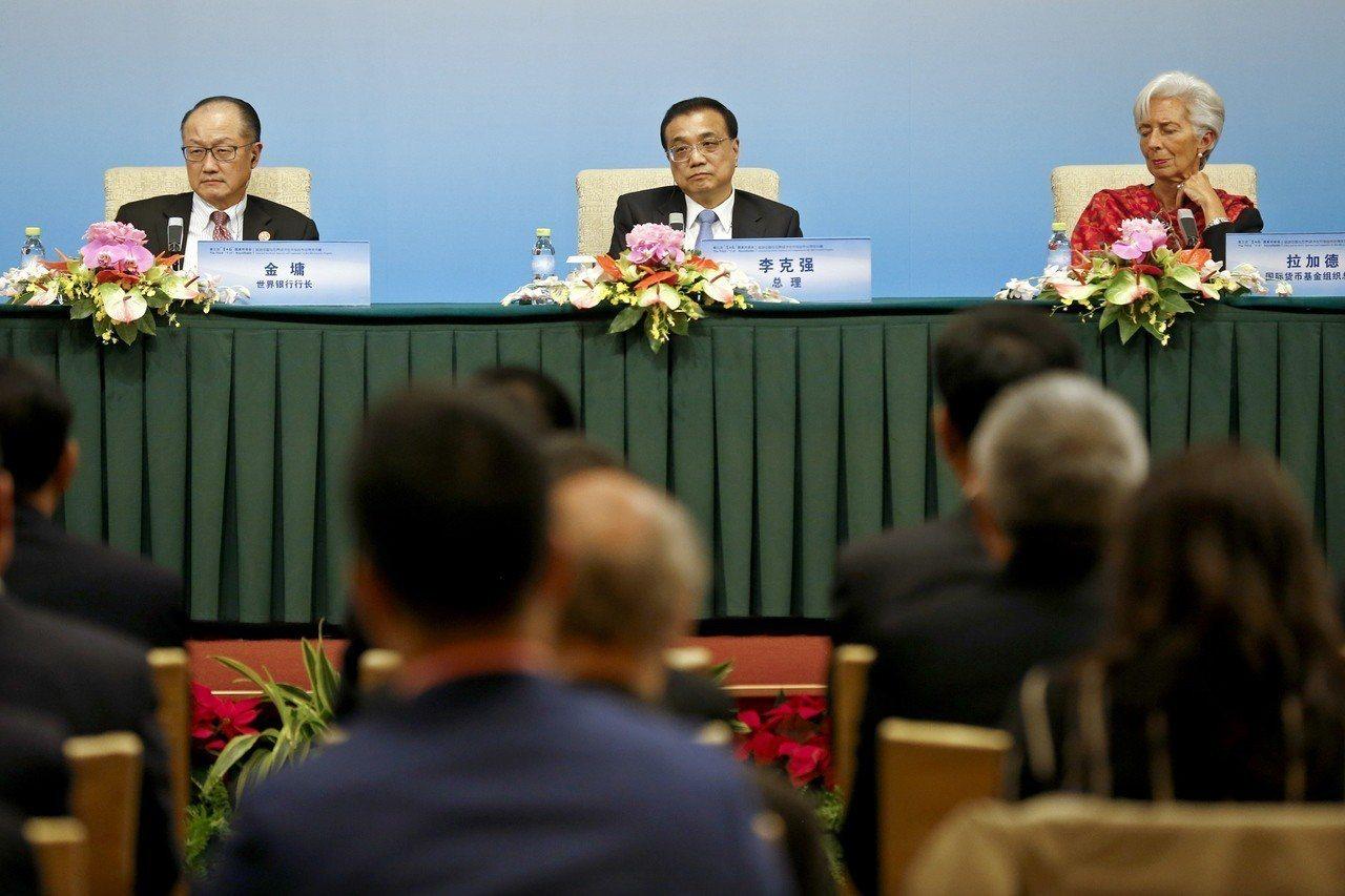 6日在第三次『1+6』圓桌對話會記者會上,世界銀行行長金墉(左)與大陸國務院總理...
