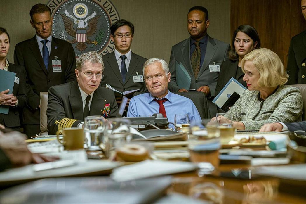 影帝蓋瑞歐德曼(左)在「潛艦獵殺令」軋上一角。圖/摘自imdb