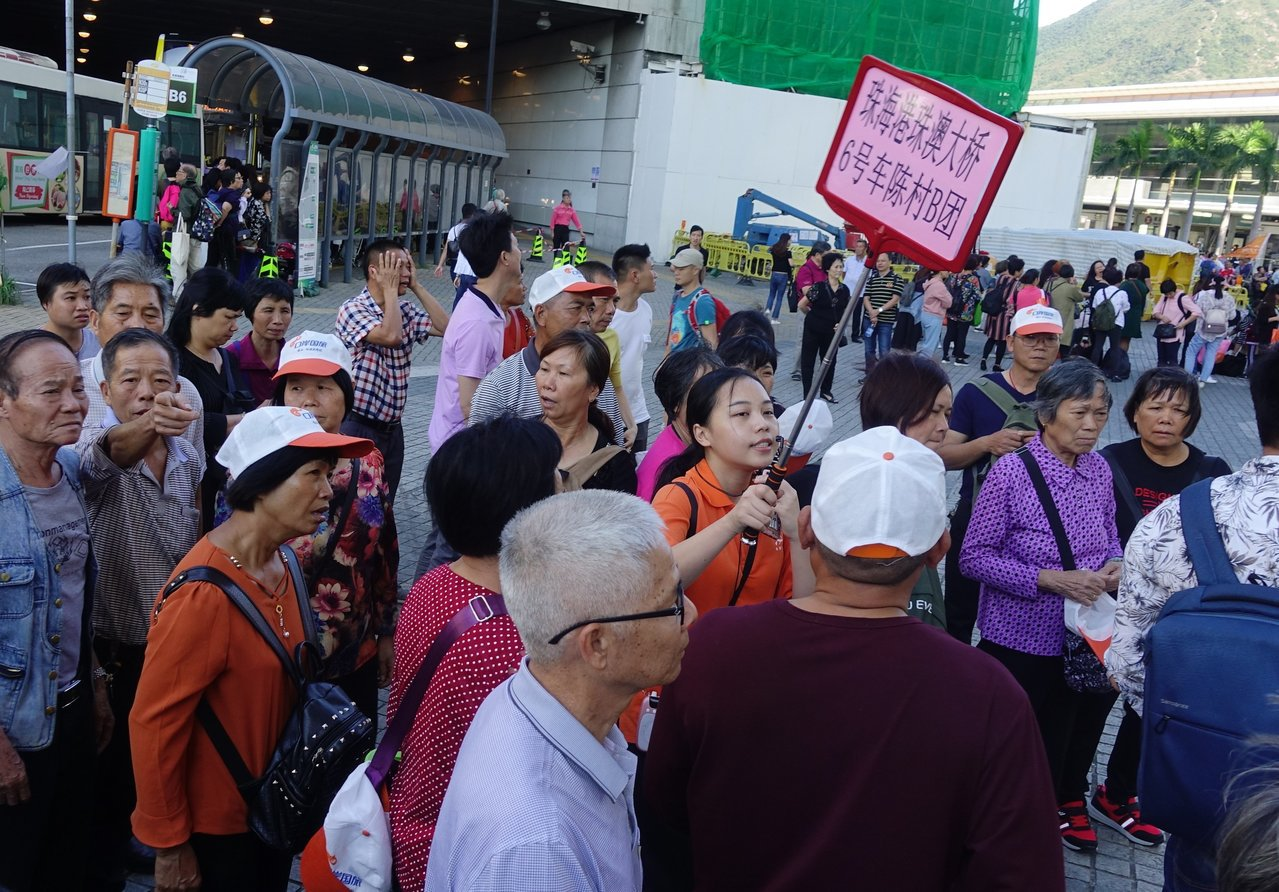 六日下午經港珠澳大橋抵達香港的大陸遊客在東湧市中心集合。隨著港珠澳大橋通車,來自...