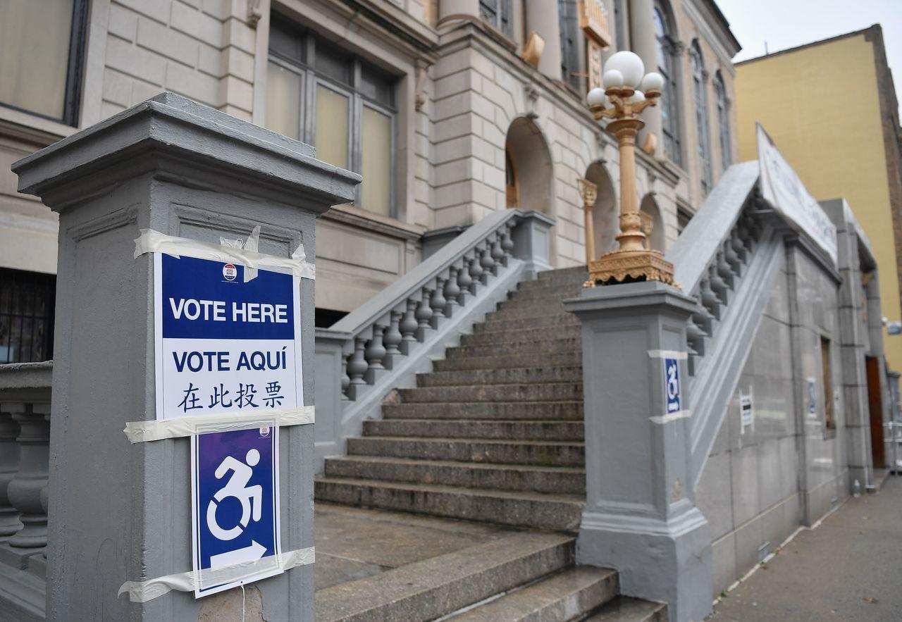 圖為紐約布魯克林區另一處投票所,指示牌以英語、西班牙語及中文寫著「在此投票」。(...