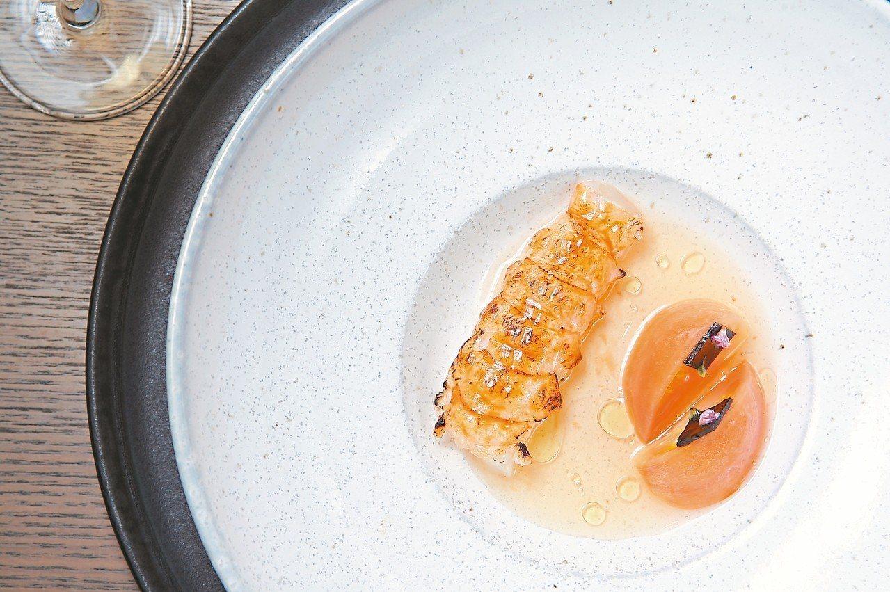 表面微炙燒的半生海螯蝦,搭上特製醬汁十分清爽。 記者陳睿中/攝影