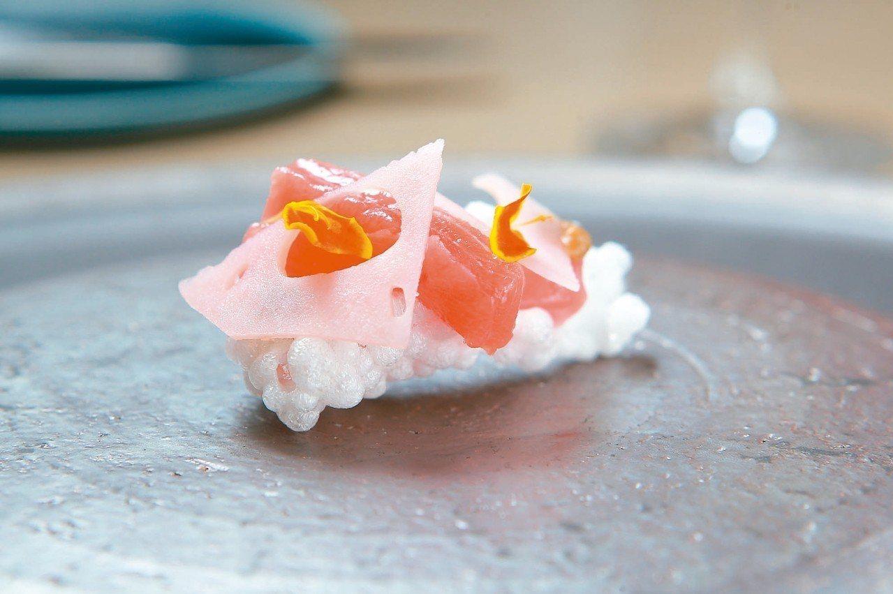 Arbor以炸西米露、鮪魚生魚片所製作的餐前點心。 記者陳睿中/攝影
